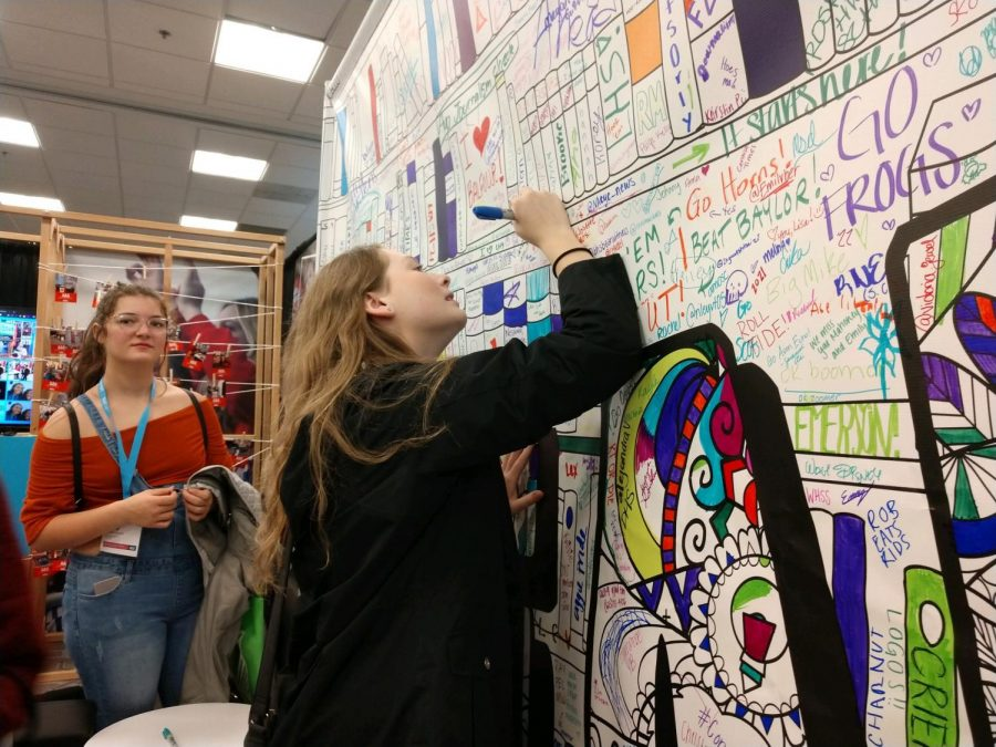 Juniors Avery FitzSimmons (left) and  Madalyn Tuning contiribute to a journalism idea board at the NSPA/JEA Fall National High School Journalism Convention.